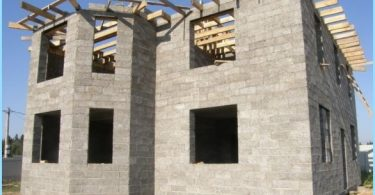 Construction of houses from wood-concrete blocks
